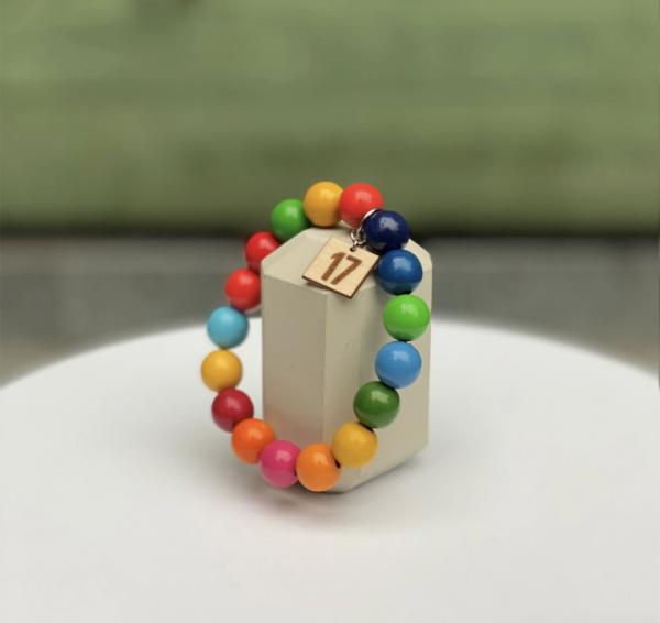 Armband med färgglada träpärlor.